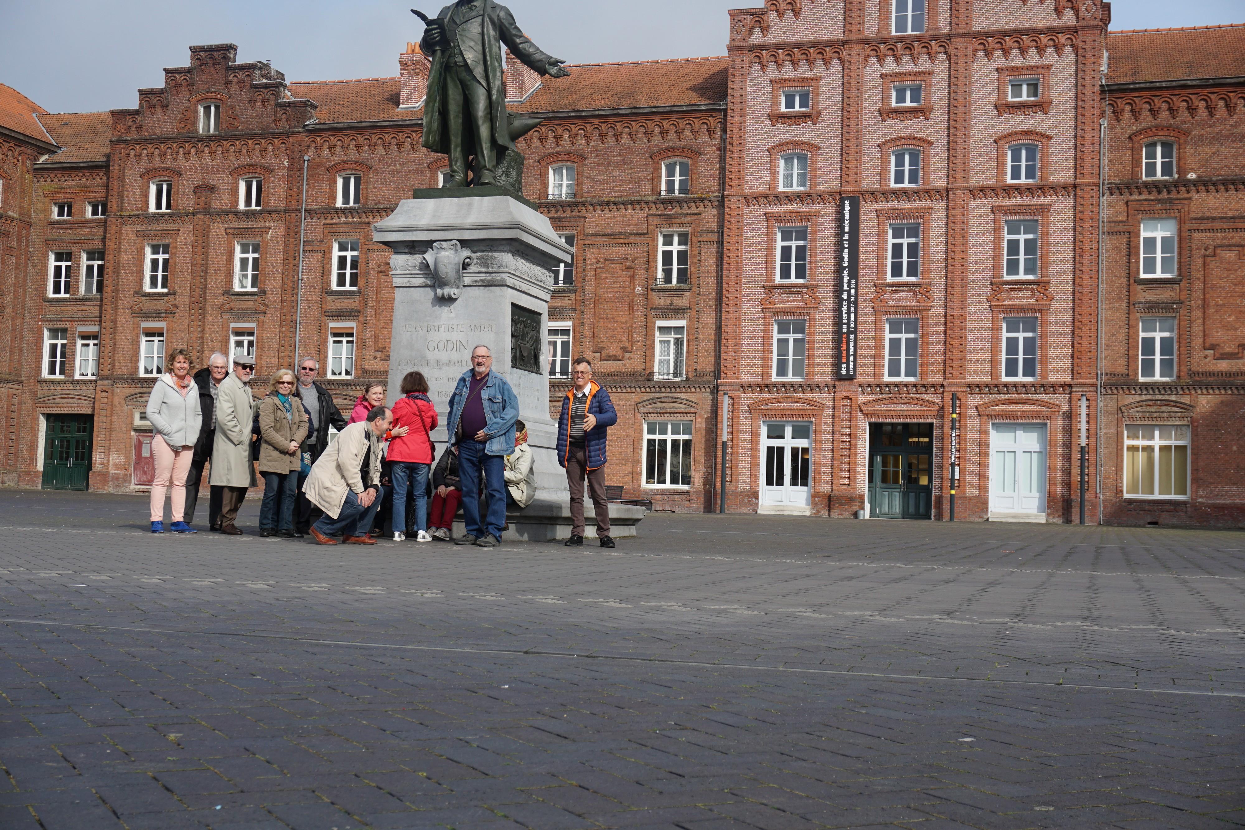 Devant la statue de Godin
