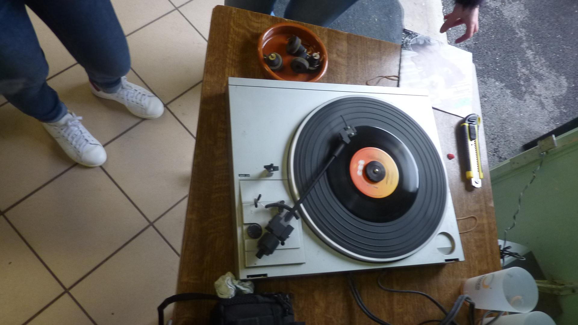 On répare et on écoute la musique.